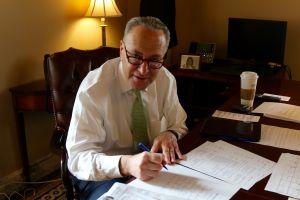 """Senador de los Estados Unidos propone otorgar """"grandes descuentos"""" a conductores que cambien su auto de gasolina por uno eléctrico"""