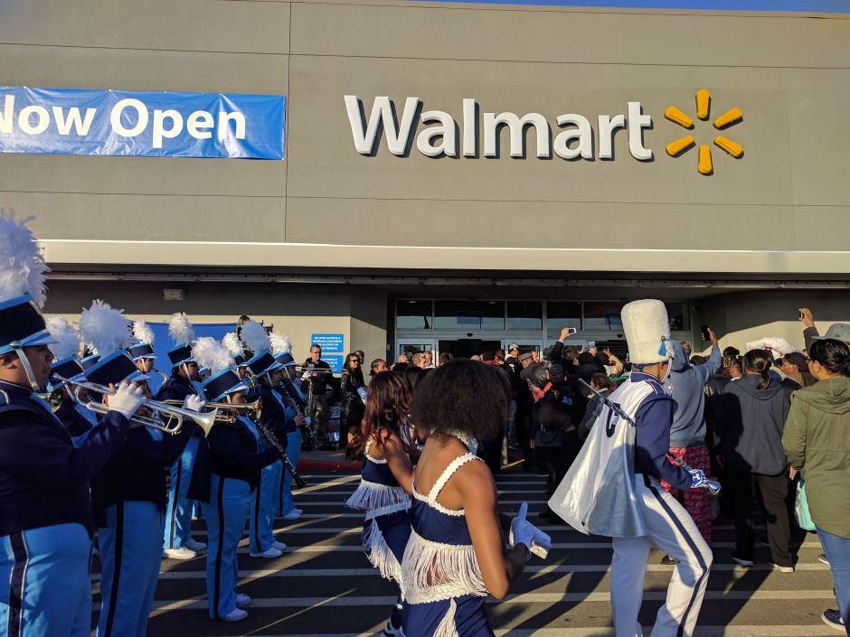 """Walmart se disculpa por expositor con armas que dice: """"Toma el año escolar como un héroe"""""""