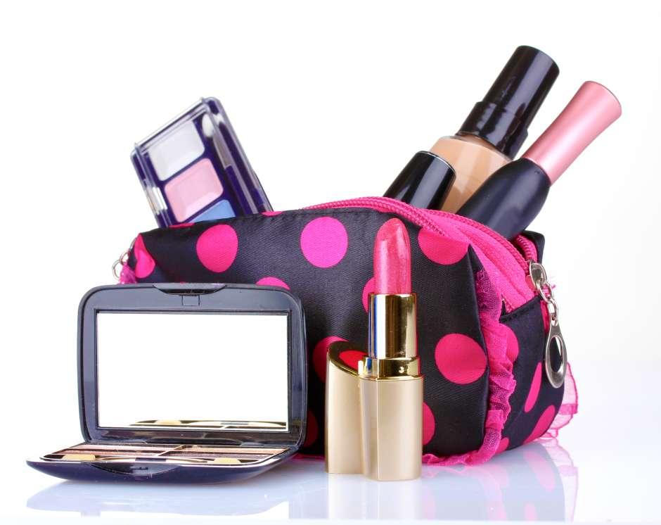 Las bolsas de maquillajes conviene guardarlas en un gabinete del clóset o tocador.