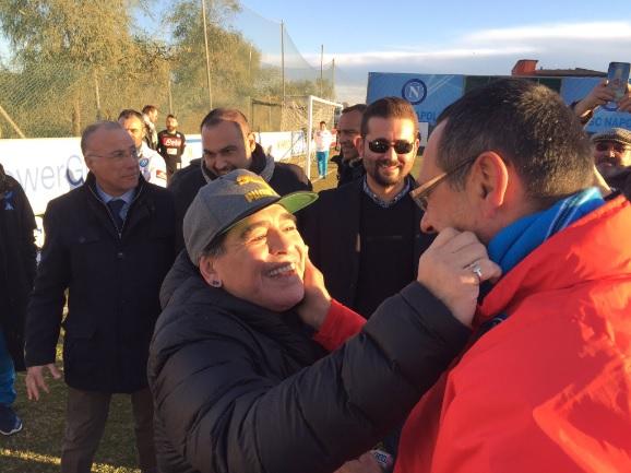 Maradona revive viejas glorias y visita los vestuarios del Nápoles
