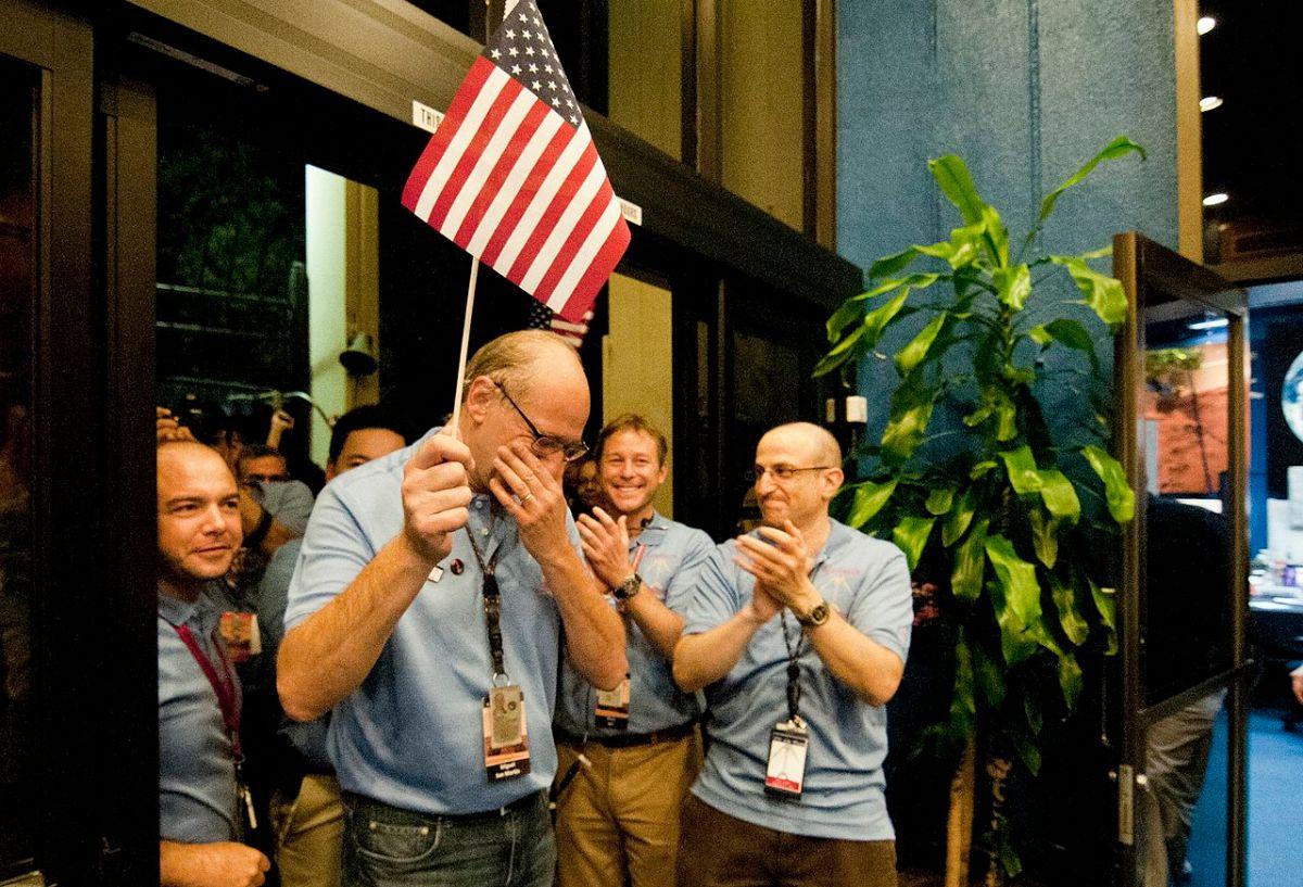 Miguel San Martín celebra emocionado el exitoso aterrizaje de la sonda Curiosity en la superficie marciana en agosto de 2012.