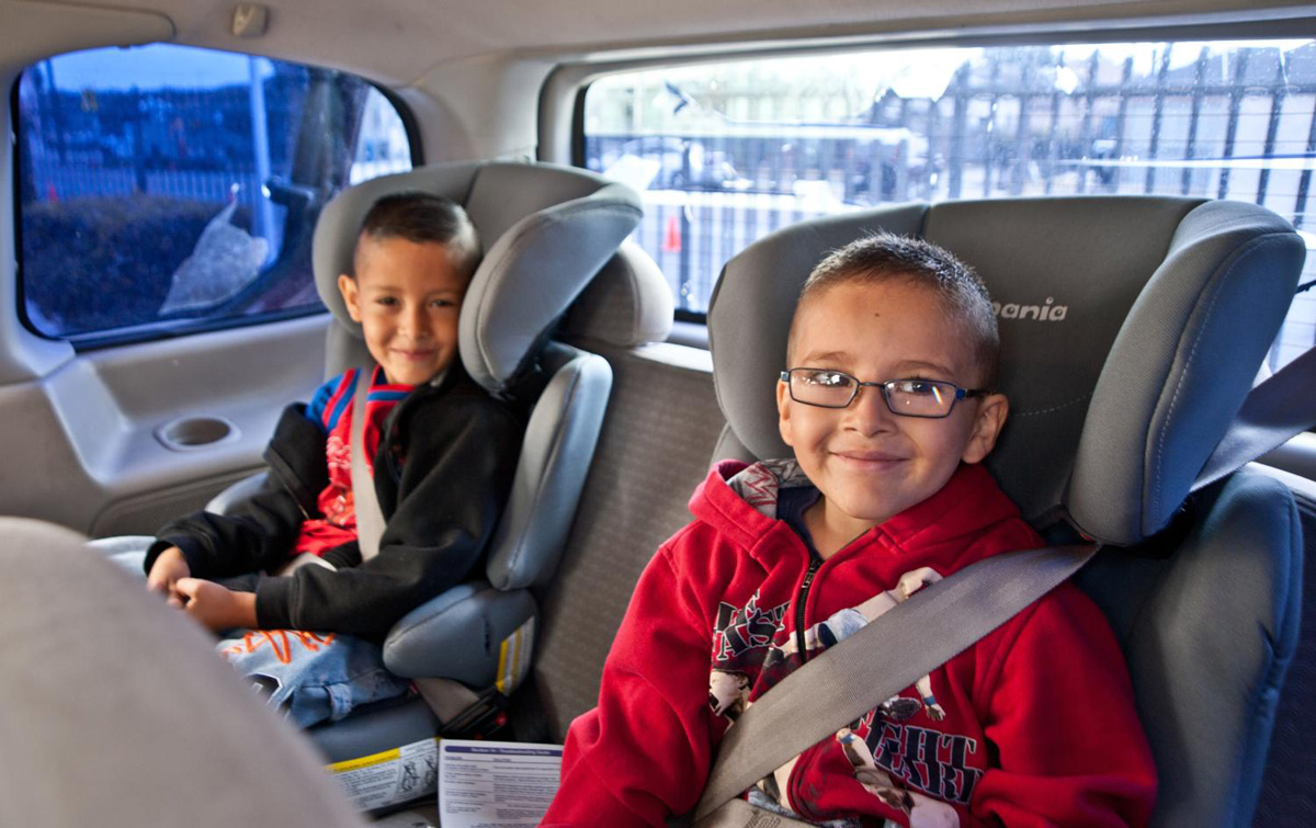 Lleva a tus niños seguros en el auto