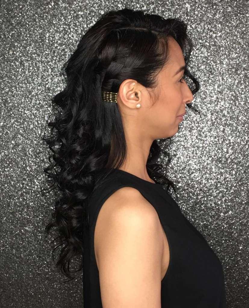 Para lucir a la moda, usa los pasadores tradiciones en tu cabello oscuro o viceversa.