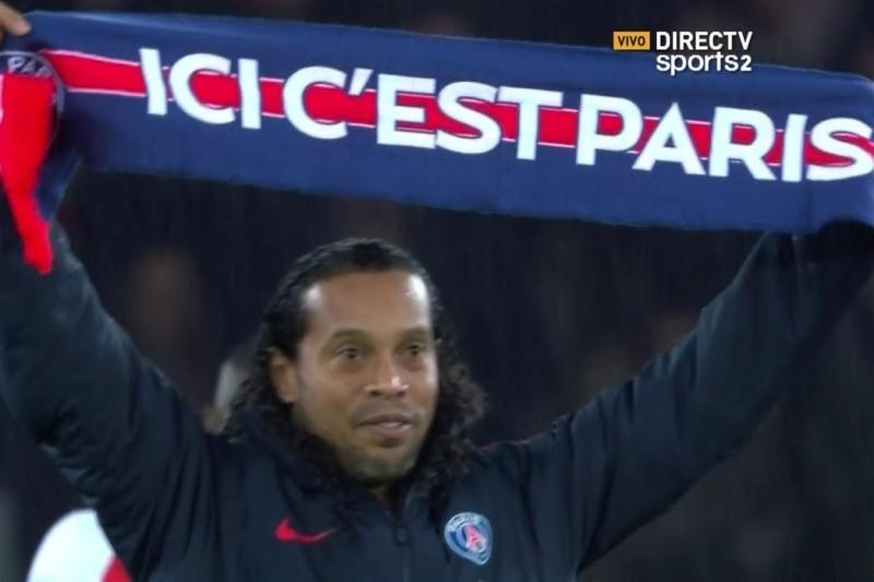 Video: Ronaldinho fue ovacionado por la afición del PSG en el Parque de los Príncipes
