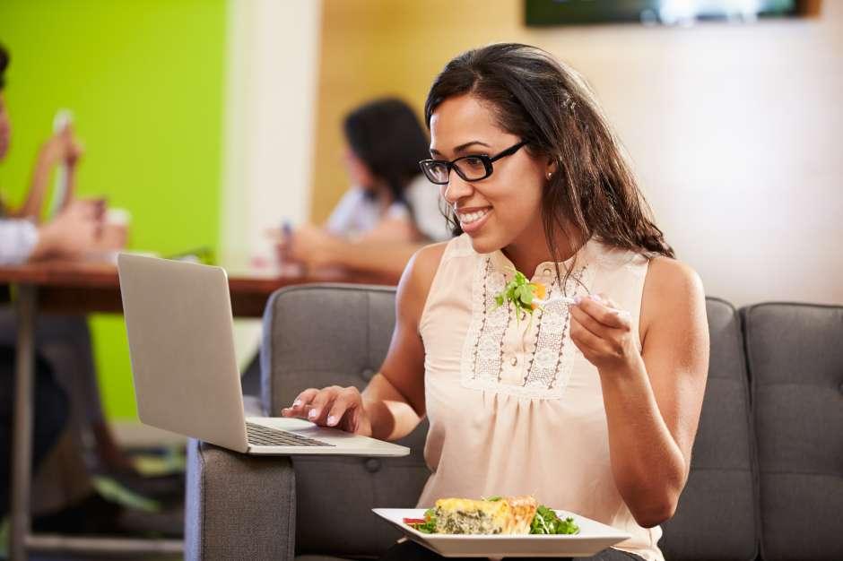 El almorzar fuera del ambiente laboral ayuda a reducir la tensión y distrae la mente.