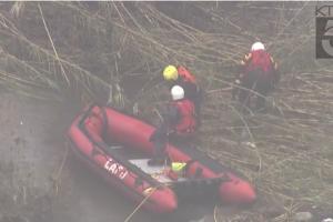 Video: Lluvia deja atrapado a hombre en río Los Ángeles