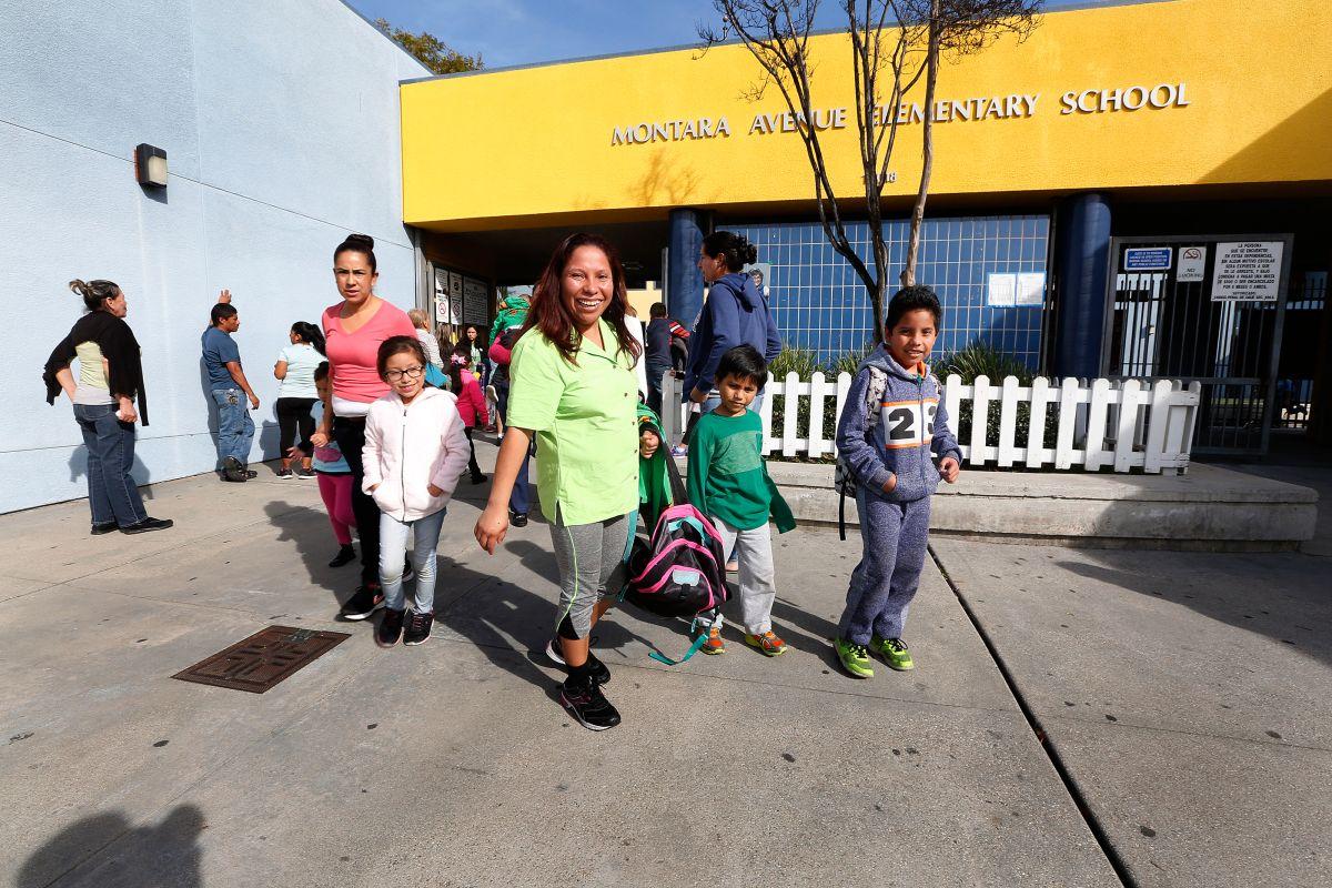 Karen de León recoge a sus hijos de la Montana Avenue Elementary School, en South Gate, donde daba clases la maestra fallecida.