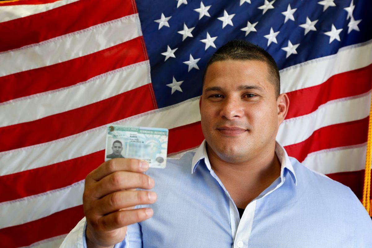 Alertan que ley bipartidista sobre 'green cards' perjudicaría a miles de inmigrantes latinos