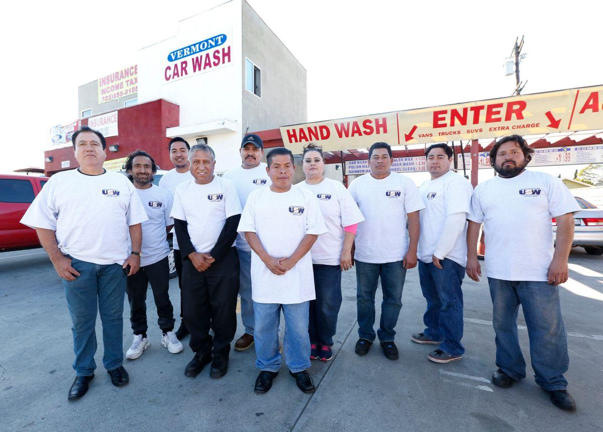 Carwasheros celebran su negocio de lavado de autos en el sur de Los Ángeles