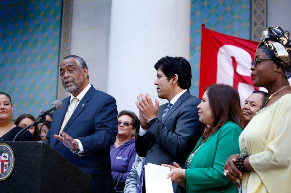 Miles de inmigrantes podrán hacerse ciudadanos con ayuda de concejal angelino