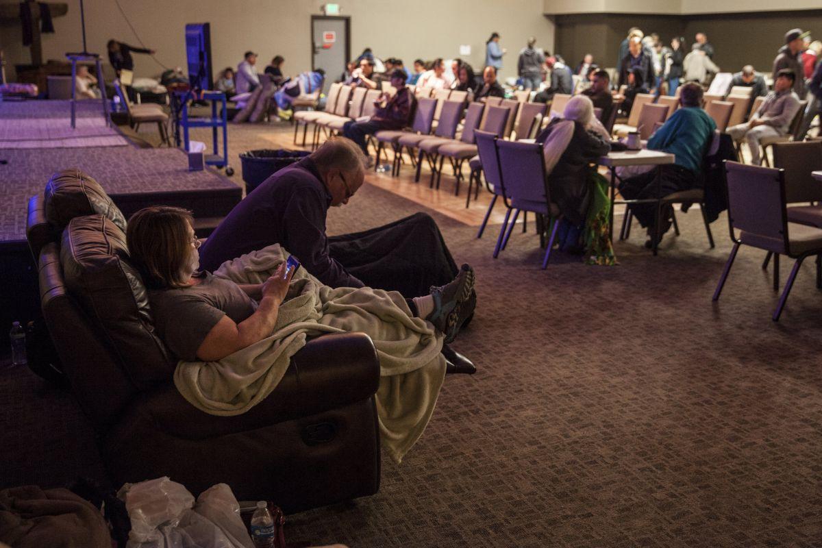 Evacuados descansan en un albergue improvisado en la iglesia Neighborhood en Chico, California.