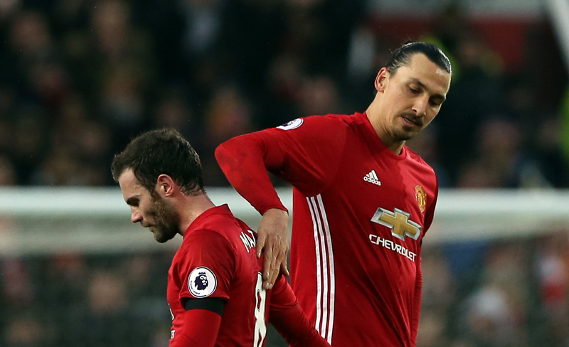 Zlatan Ibrahimovic marcó su primer hat-trick con el Manchester United.
