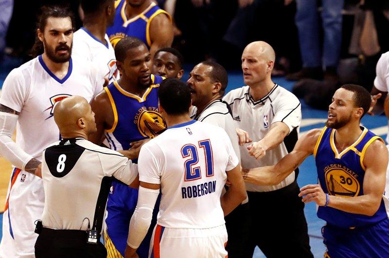 Kevin Durant y Roberson en un conato de bronca durante el Thunder vs. Warriors.