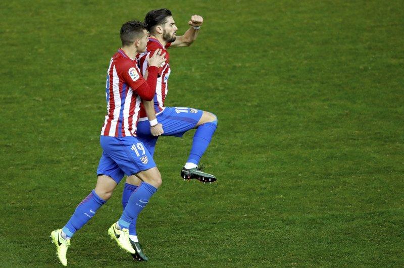 El defensa del Atlético de Madrid Lucas Hernández felicita a Carrasco tras marcar el segundo gol ante el Celta.
