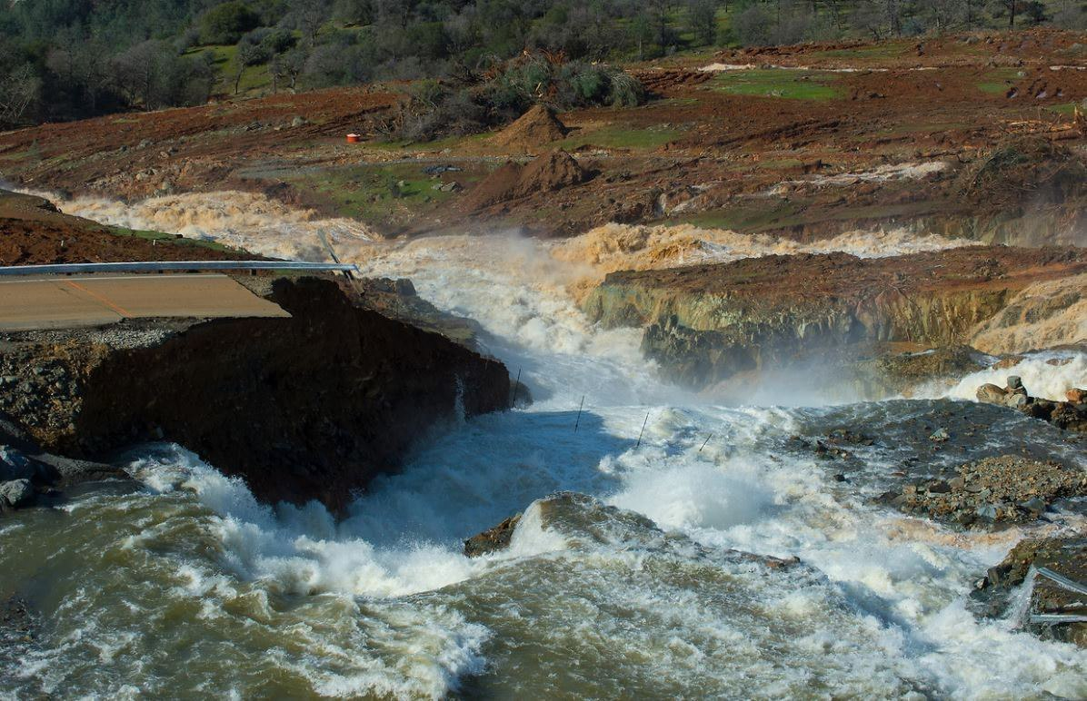 La represa Oroville se desbordó el domingo.