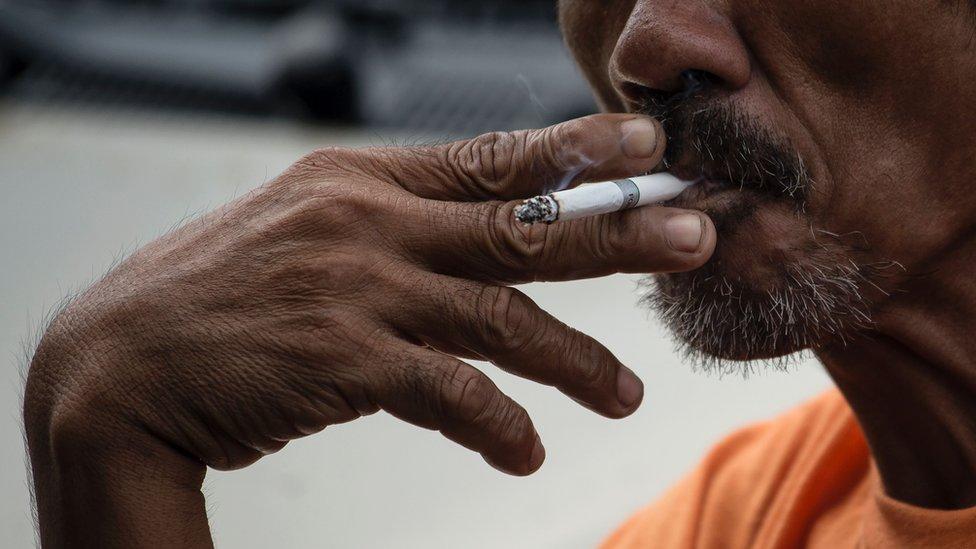El cáncer de pulmón se asocia al tabaquismo.