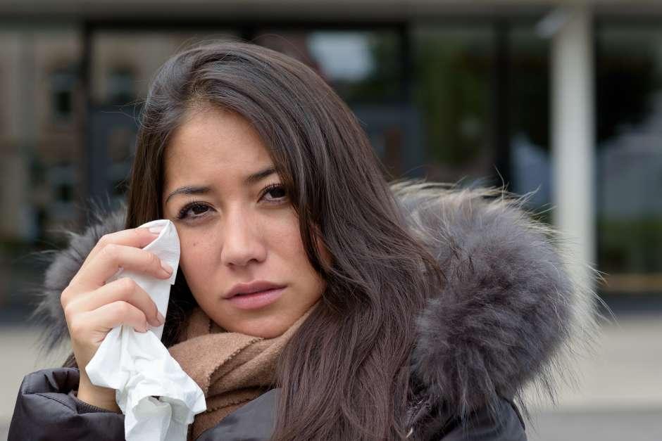 Los ojos llorosos, la congestión nasal, los estornudos y el dolor de cabeza frontal es común en las personas que sufren de alergias durante el invierno.