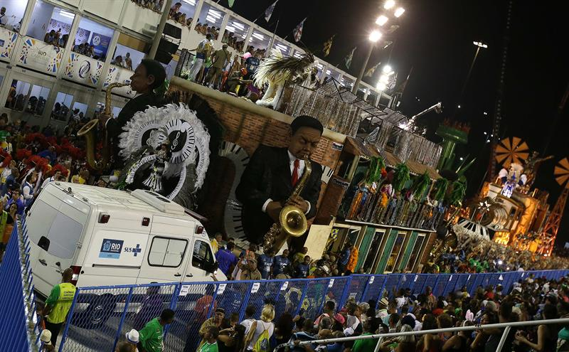 Equipo médico y de seguridad asisten a las personas lesionadas tras un accidente durante el paso de una carroza de la escuela de samba Unidos de Tijuca, en el Carnaval de Río.