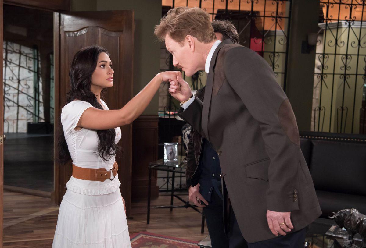 Conan O'Brien compartiendo escena con Renata Notni y Pablo Lyle