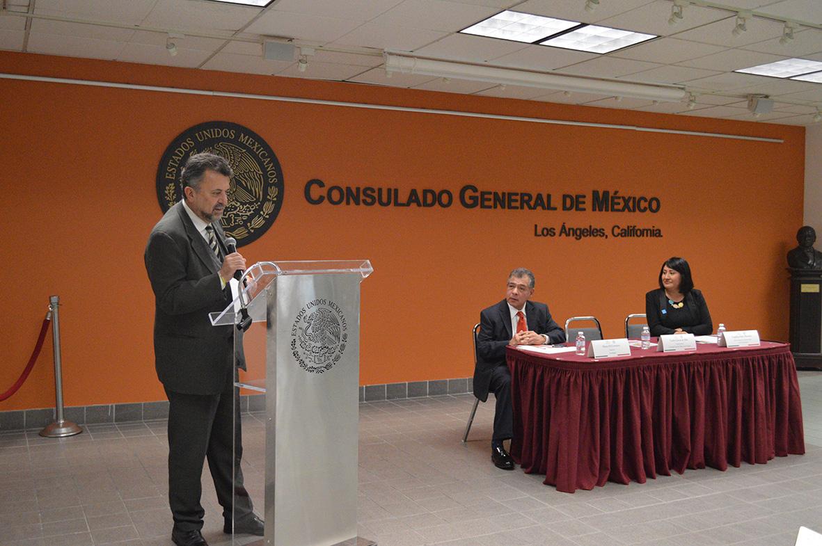 Carlos García de Alba (i), cónsul general de México, junto a Mario Di Costanzo (c), presidente de CONDUSEF, y la representante del IME.