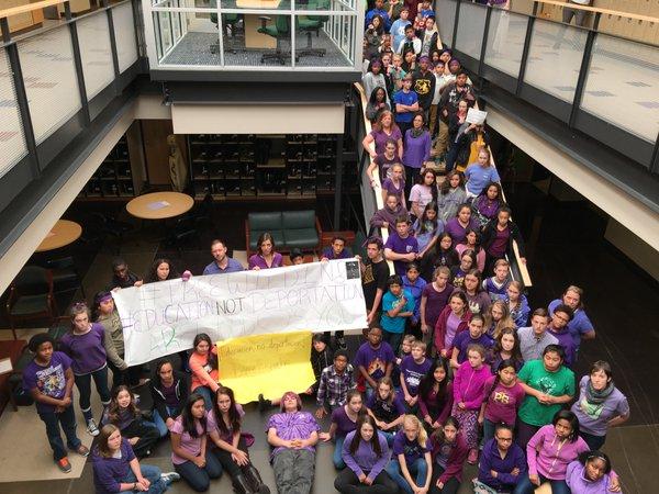 Sindicatos de maestros condenan las redadas de ICE que han metido miedo a los estudiantes indocumentados en todo el país.