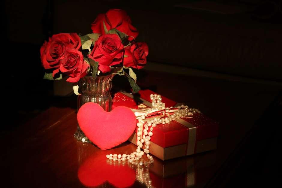 Adorna una de tus mesas de noche con un florero de rosas rojas o jazmín. El olor de estas dos flores está catalogado como afrodisíaco.