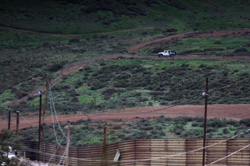 Una patrulla migratoria circula en el lado estadounidense