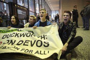 Grupos cívicos y maestros tratan de hundir confirmación de DeVos como secretaria de Educación