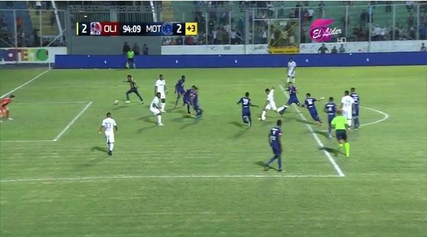 El aficionado hizo un gol al tiempo que el delantero del Olimpia marcaba para su equipo.