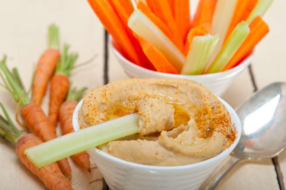 El hummus resulta mucho más saludable comerlo con vegetales en vez que con chips de pan de pita.