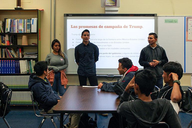 Los estudiantes de últimos cursos de la Oakland International High School charlan con los más jóvenes sobre lo que está pasando para ayudarlos a superar su miedo.