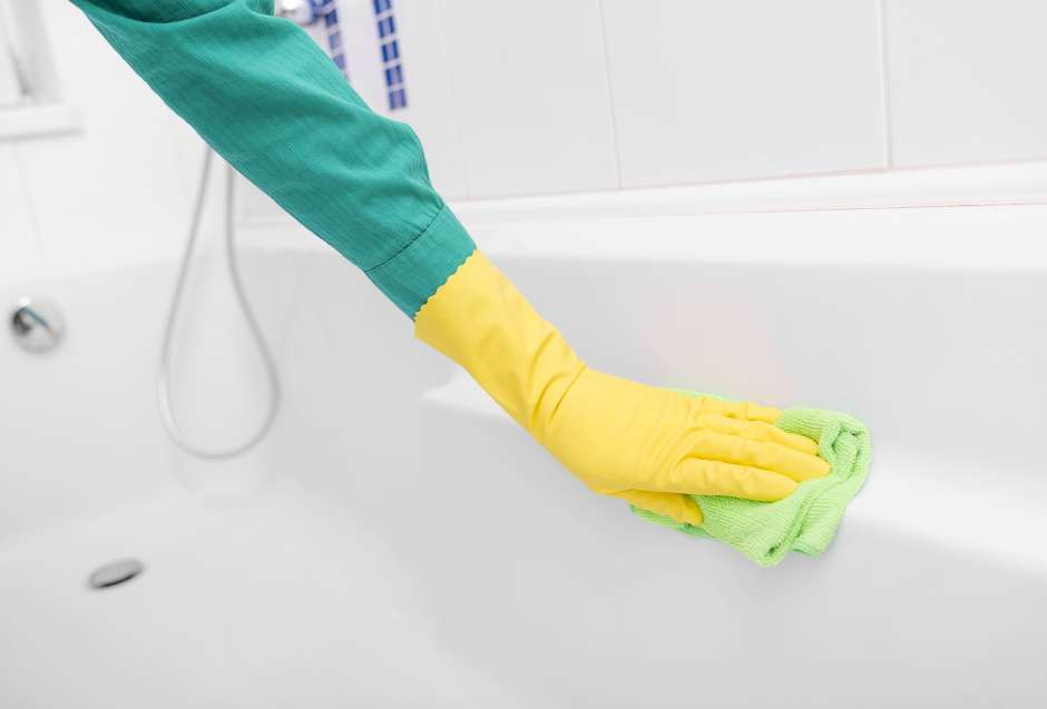 Usa guantes de plástico no poroso al remover el moho.