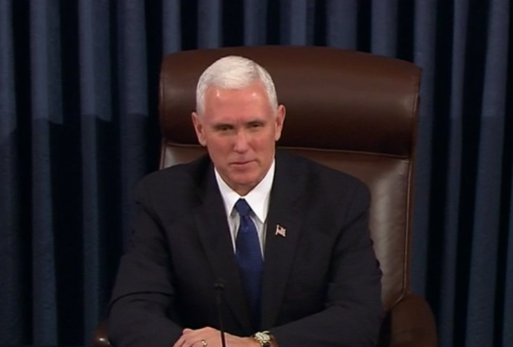 Mike Pence ejerció, por primera vez para un vicepresidente, su voto en el Senado para confirmar a un miembro del Gabinete.