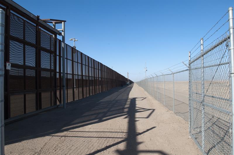Trump pide al Congreso $4,100 millones para iniciar muro fronterizo