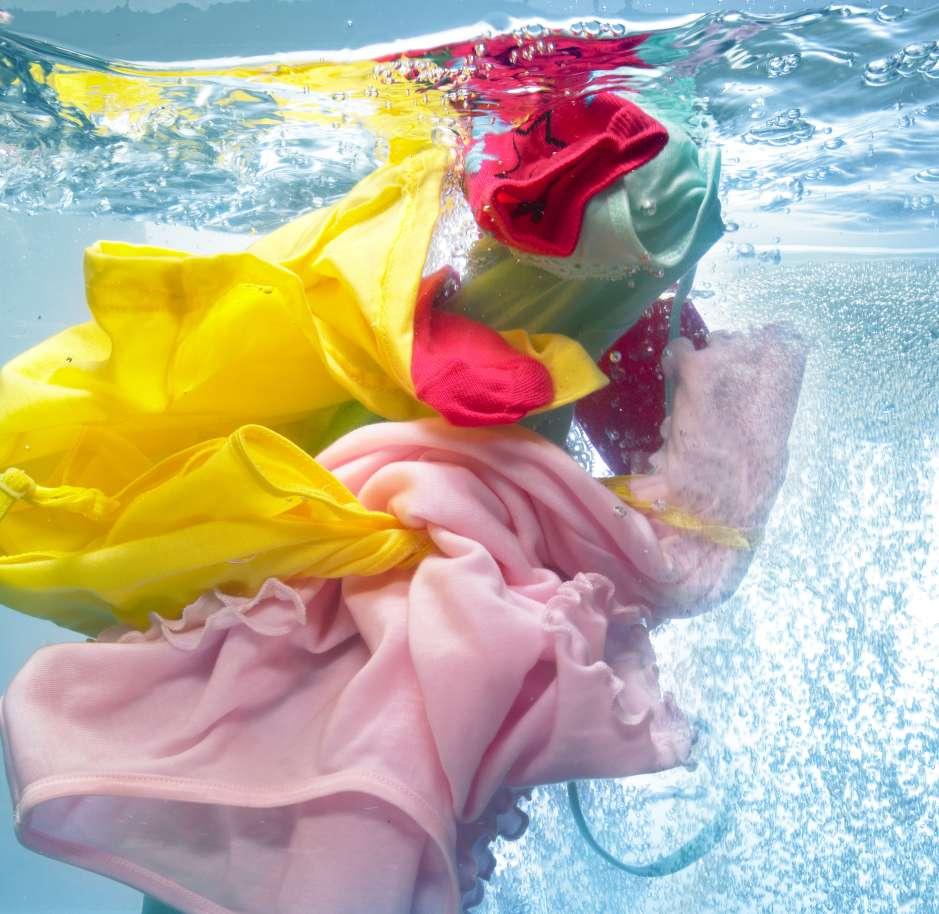 Lava siempre la ropa de color separada de la blanca.