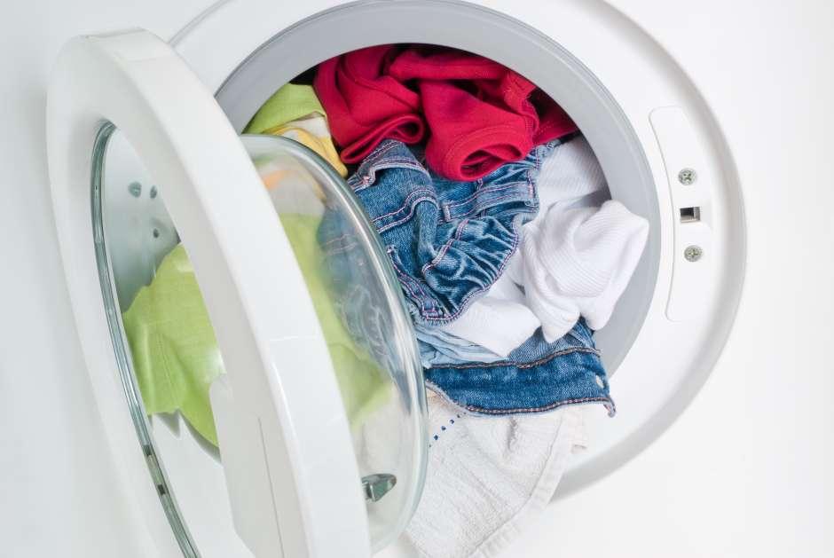 La ropa queda sucia u opaca cuando se sobrecarga la lavadora.