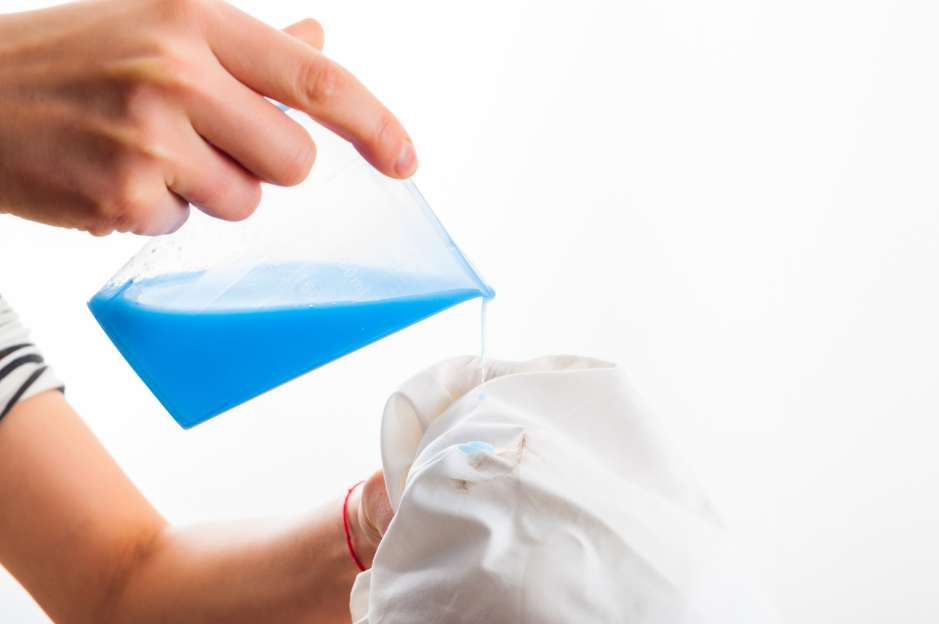 Ataca las manchas lo más pronto posible con un detergente de fuerte acción antes de poner a lavar la pieza en la lavadora automática.