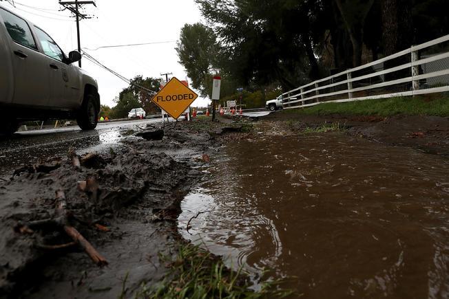 Evacuaciones y cierres de calles por la lluvia en el sur de California