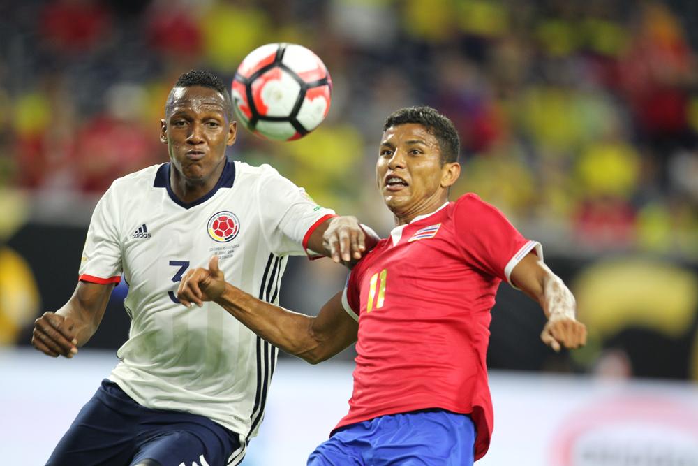 El defensa colombiano Yerri Mina (izq.) jugará con el Barcelona a partir de 2018.