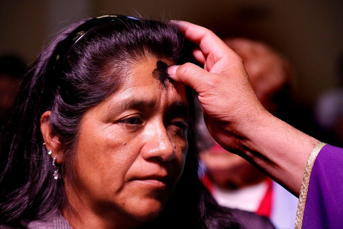 Católicos del Sur de California acudieron a sus Iglesias a recibir la señal de la cruz. (Aurelia Ventura/La Opinion)