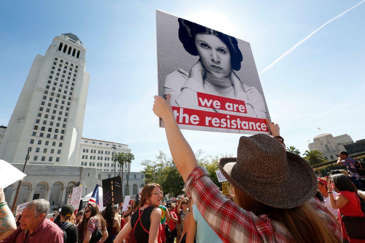 Con letreros en mano, mujeres de Los Ángeles salieron a defender sus derechos en el 2017. (Archivo)
