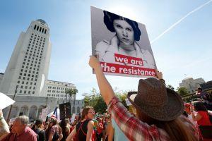 """""""Mujer, ¡presente!"""": Mujeres de Los Ángeles salen a defender sus derechos"""