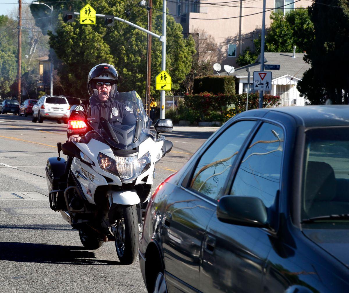 Un oficial de policía detiene a un conductor en Los Ángeles. Foto de archivo.