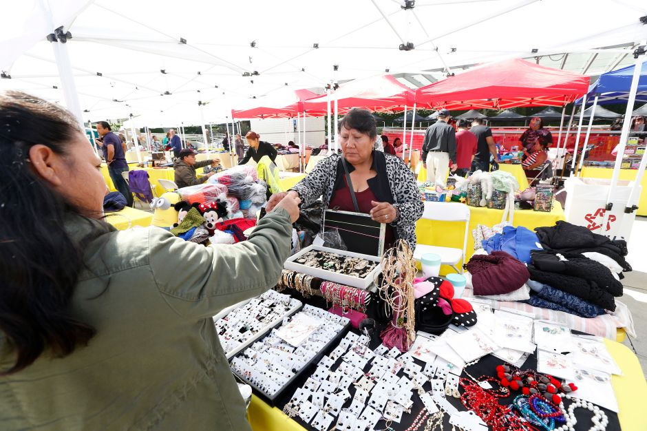 Metro pretende organizar a vendedores ambulantes afuera de la estación MacArthur Park