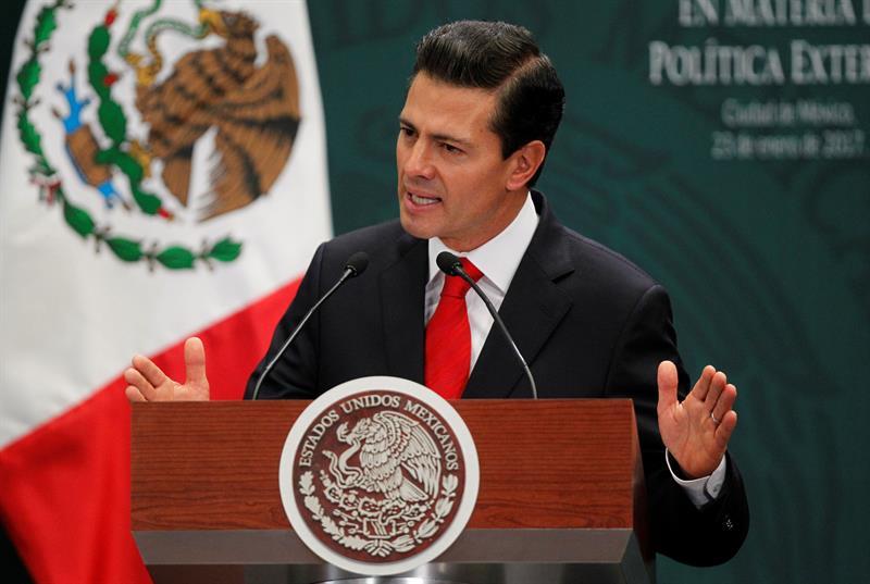 """Peña Nieto promulga ley educativa para """"dreamers"""" deportados"""