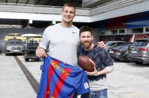 Video: Gronkowski visitó a Messi y sus amigos en el Nou Camp