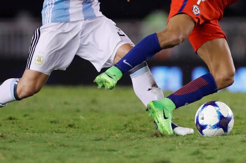 El Argentina – Chile se jugó en una cancha lamentable y llena de hoyos