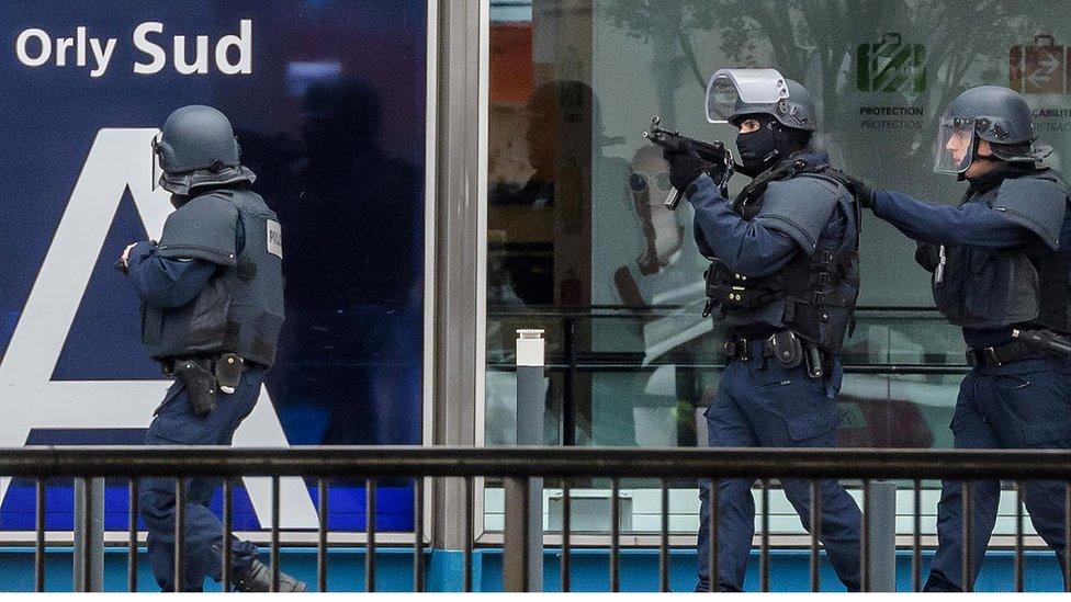 Matan al hombre que trató de quitarle su arma a una soldado en el aeropuerto de París - Orly