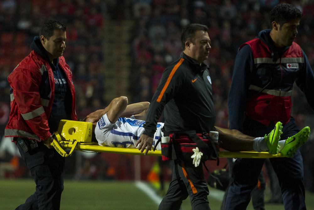 """Hirving """"El Chucky"""" Lozano abandonó en camilla el estadio, tras sufrir una fuerte lesión."""