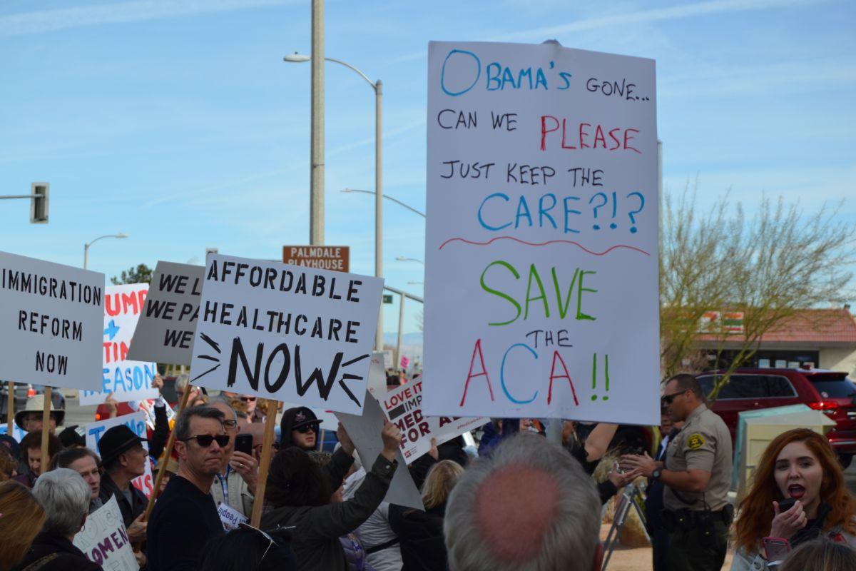 Residentes exigen a congresista republicano mantener Obamacare